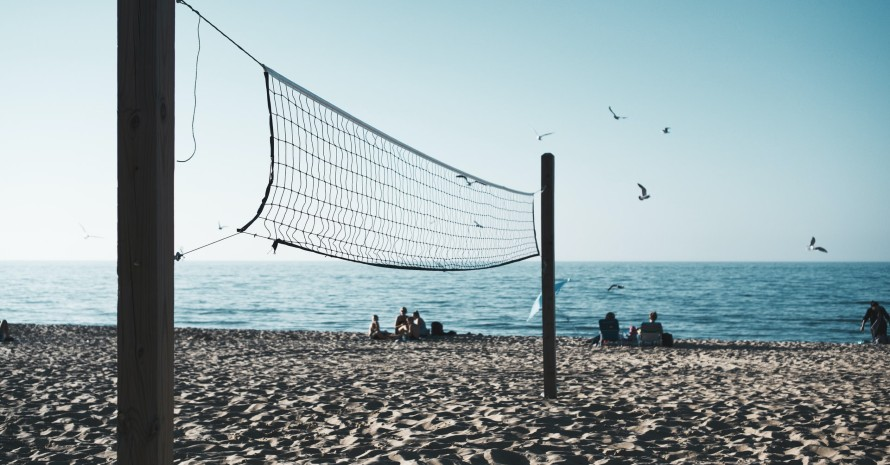 volleyball net in front of sea