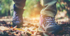 Best Walking Shoes for People with Flat Feet: Choosing the Right Shoes